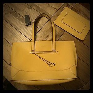 Gorgeous golden yellow Travanti bag! 🌷